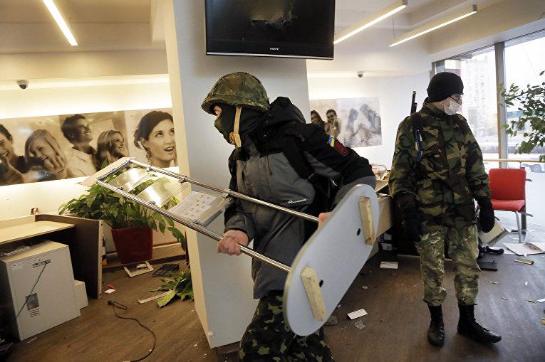 Радикалы в здании Альфа-банка в Киеве. 20 февраля 2016