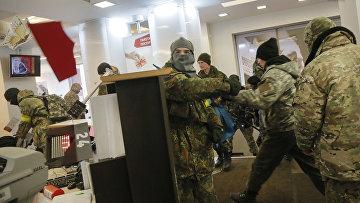 Украинские радикалы в здании Альфа-банка в Киеве. 20 февраля 2016. Архивное фото