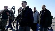 Бойцы ополчения ДНР во время процедуры обмена пленными в районе населенного пункта Марьинка Донецкой области. Архивное фото