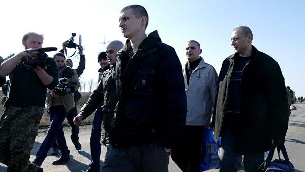 Бойцы ополчения ДНР во время процедуры обмена пленными в районе населенного пункта Марьинка Донецкой области