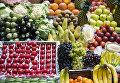Прилавок с фруктами и овощами на рынке