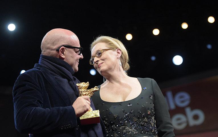 Президент жюри Мерил Стрип поздравляет Джанфранко Рози с наградой