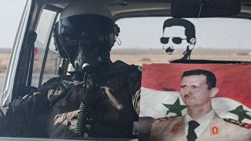 Летчик ВВС сирийской армии в автомобиле на базе Военно-воздушных сил Сирии. Архивное фото