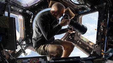 Астронавт NASA Скотт Келли фотографирует Землю с МКС. Архивное фото