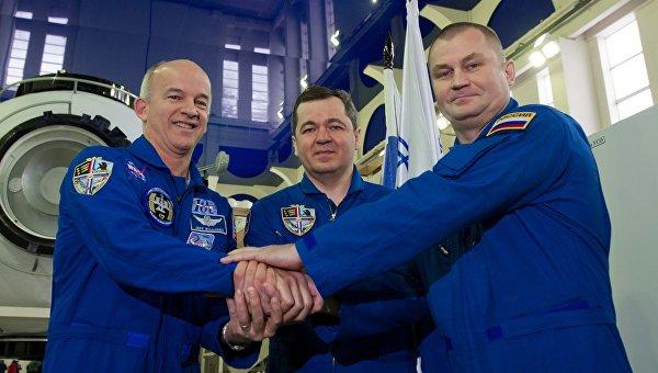 Члены основного экипажа МКС-47/48 астронавт НАСА Джеффри Уилльямс, космонавты Роскосмоса Олег Скрипочка и Алексей Овчинин после комплексных экзаменационных тренировок МКС-47/48