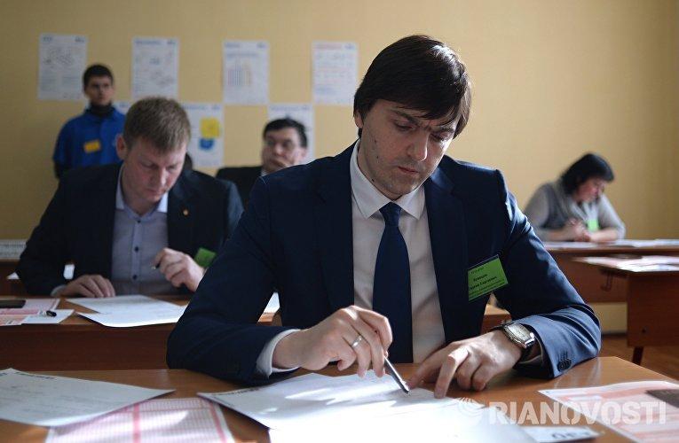 Руководитель Федеральной службы по надзору в сфере образования и науки Сергей Кравцов во время пробного ЕГЭ по математике