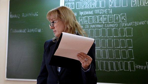 Преподаватель во время пробного ЕГЭ. Архивное фото