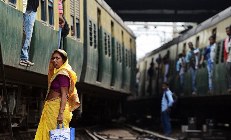 Пассажиры на железнодорожной станции в Калькутте, Индия. 25 февраля 2016