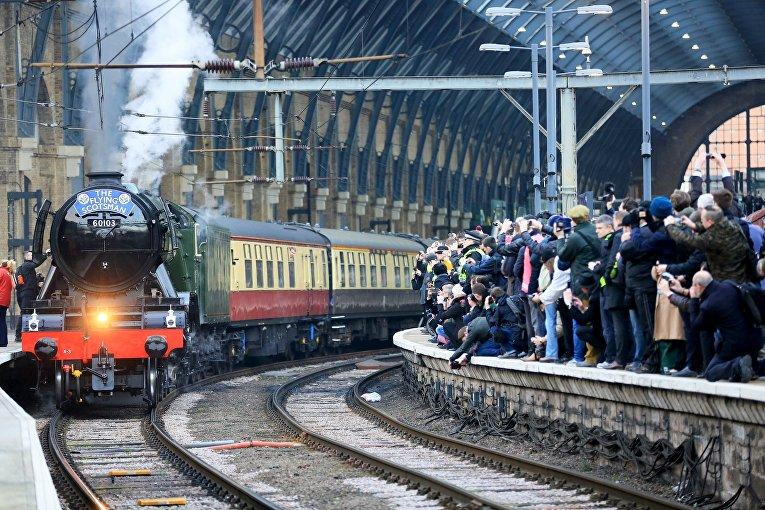 Паровоз Летучий шотландец на вокзале Кингс-Кросс в Лондоне, 25 февраля 2016