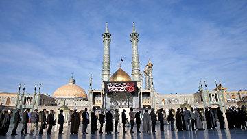 Иранцы стоят в очереди на избирательный участок в городе Кум. Архивное фото