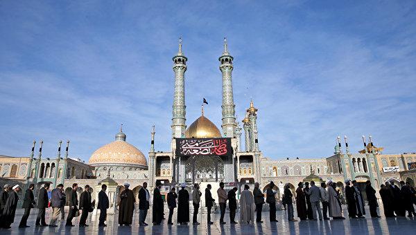 Иранцы стоят в очереди на избирательный участок в городе Кум