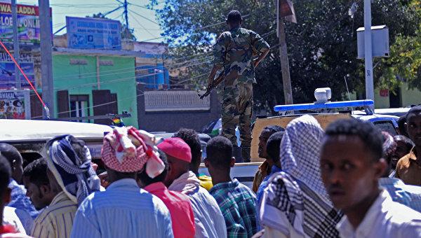 Сомалийцы на месте минометного обстрела возле парламента Сомали в Могадишо. 25 февраля 2016