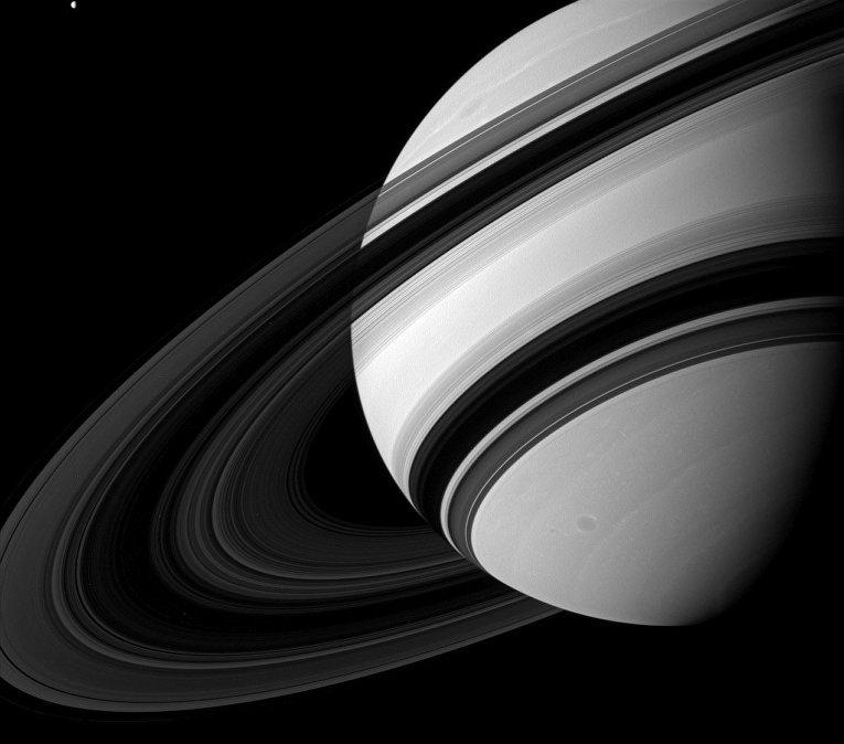 Самая черная область на снимке - центральная часть кольца Б Сатурна