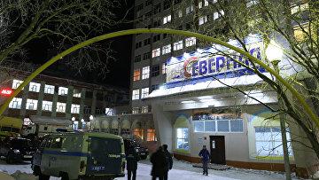 Сотрудники полиции у входа в здание шахты Северная в Воркуте. Архивное фото