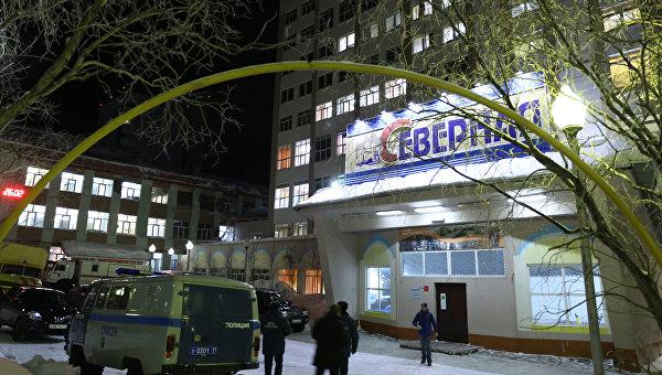 Сотрудники полиции у входа в здание шахты Северная в Воркуте