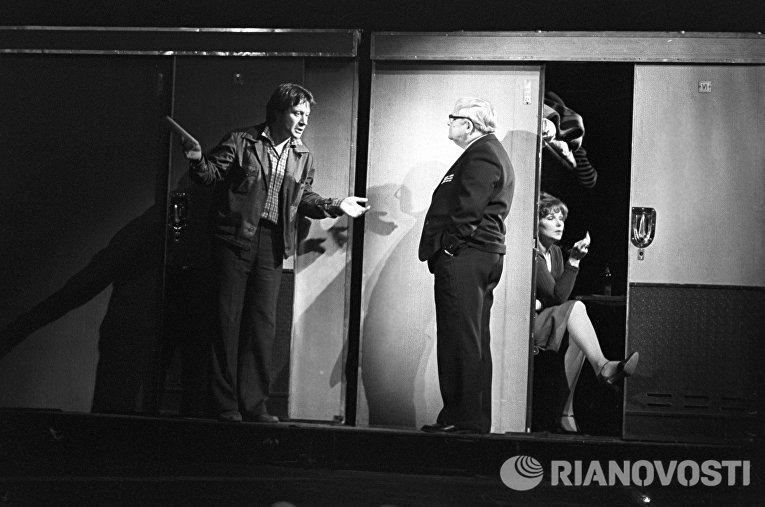 Андрей Миронов и Георгий Менглет в спектакле Мы, ниже подписавшиеся