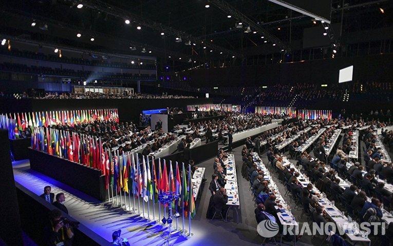 На внеочередном конгрессе Международной федерации футбола (ФИФА) в Халленштадионе, где проходят выборы нового президента ФИФА