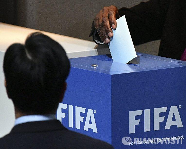 Наблюдатель контролирует процедуру голосования на выборах нового президента ФИФА на внеочередном конгрессе Международной федерации футбола (ФИФА) в Халленштадионе