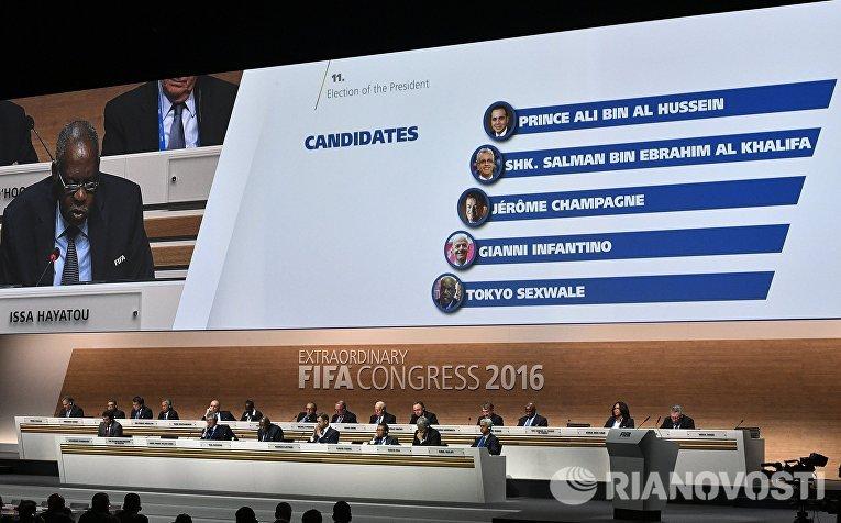 Табло с кандидатами на пост президента ФИФА на внеочередном конгрессе Международной федерации футбола (ФИФА) в Халленштадионе