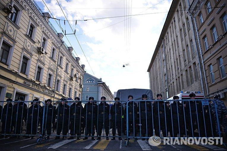 Сотрудники полиции во время марша памяти, посвященного годовщине гибели политика, общественного деятеля Бориса Немцова
