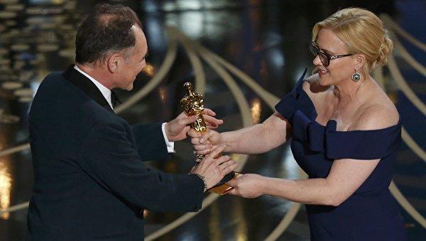 Патрисия Аркетт вручает Оскар за лучшую мужскую роль второго плана Марку Райлэнсу