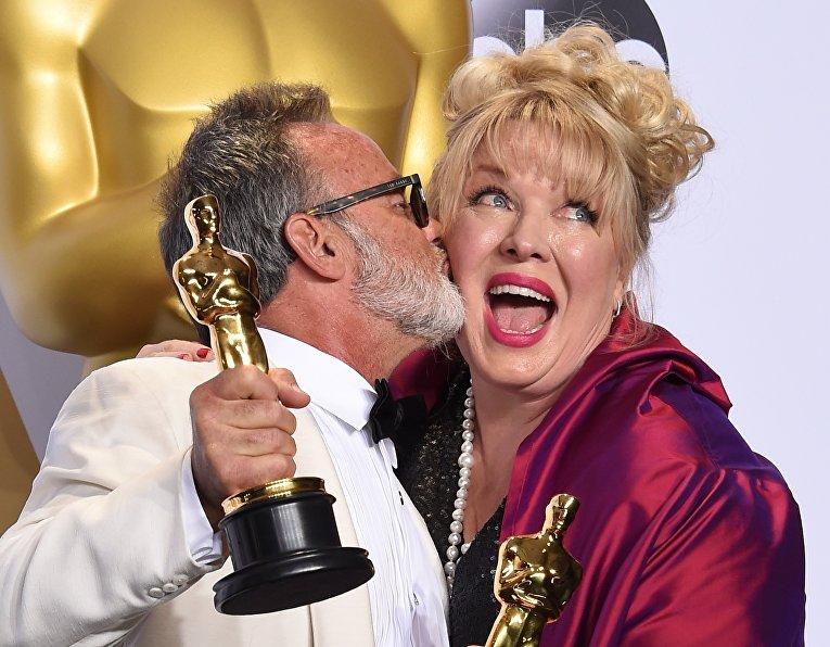 Колин Гибсон и Лиза Томпсон с Оскаром за лучший дизайн костюмов в фильме Безумный Макс: Дорога ярости на 88-й церемонии вручения премии Оскар