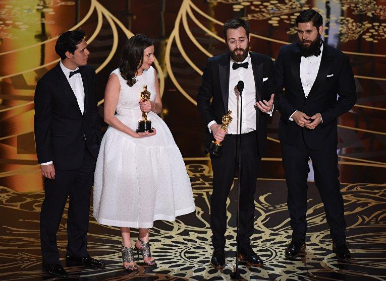 Бенджамин Клири и Серена Армитаж с Оскаром за лучший игровой короткометражный фильм Заика на 88-й церемонии вручения премии Оскар