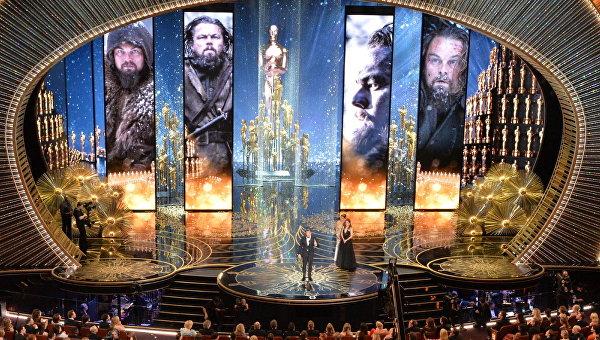 Леонардо Ди Каприо во время награждения премией киноакадемии США Оскар за роль в фильме Выживший