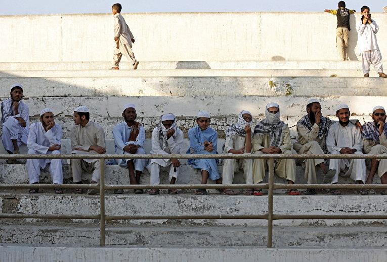 Зрители на боксерском турнире среди девочек в Карачи, Пакистан