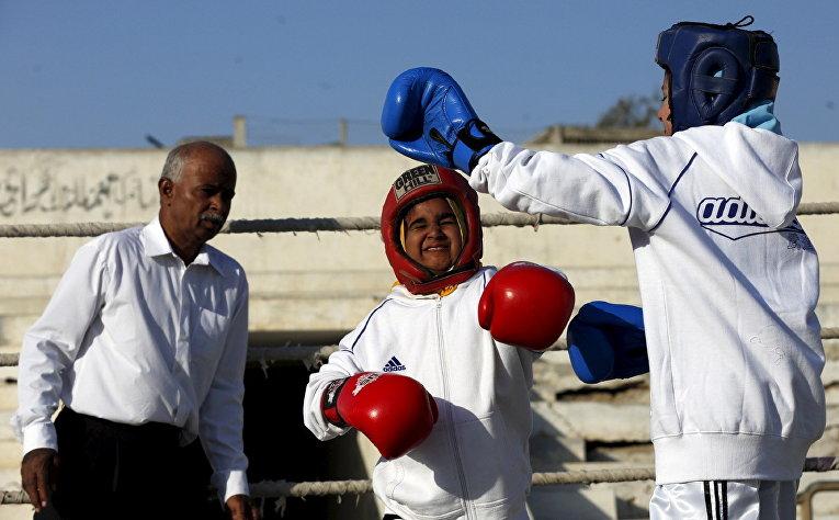 Девочки принимают участие в турнире по боксу в Карачи, Пакистан