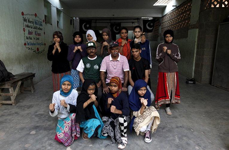 Групповой портрет учениц боксерской школы и их тренеров в Карачи, Пакистан