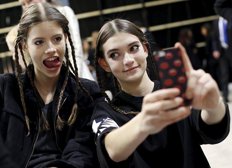 Модели перед показом Aquilano Rimondi в рамках Недели моды в Милане, Италия