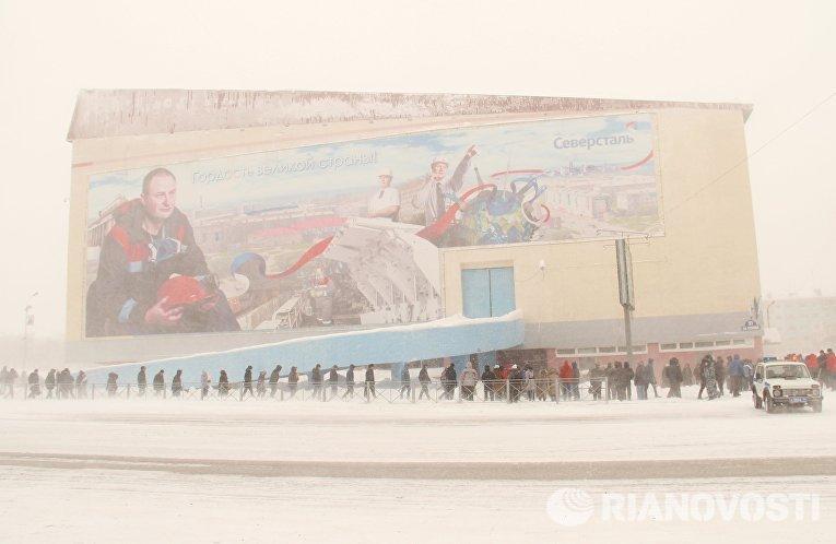 Горожане в очереди на церемонию прощания с шахтерами, погибшими в результате аварии на шахте Северная, около спортивного комплекса Олимп в Воркуте