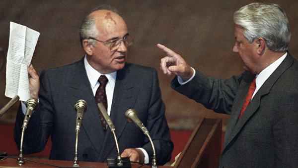 Президент СССР Михаил Горбачев и Президент РФ Борис Ельцин во время вечернего заседания внеочередной сессии ВС РСФСР, 1991 год