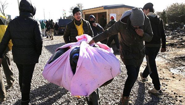 Беженцы во время сноса лагеря мигрантов в Кале, Франция. Архивное фото
