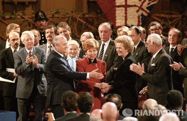 Генеральный секретарь ЦК КПСС Михаил Горбачев с супругой Раисой Максимовной и премьер-министр Великобритании Маргарет Тэтчер