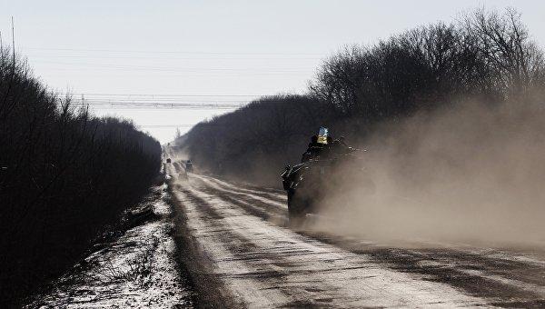 Украинские военные на дороге. Архивное фото