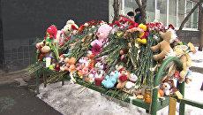 Цветы, свечи и игрушки у Октябрьского поля и возле дома убитой девочки