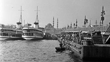 Бухта Золотой Рог и Галатский мост в Стамбуле