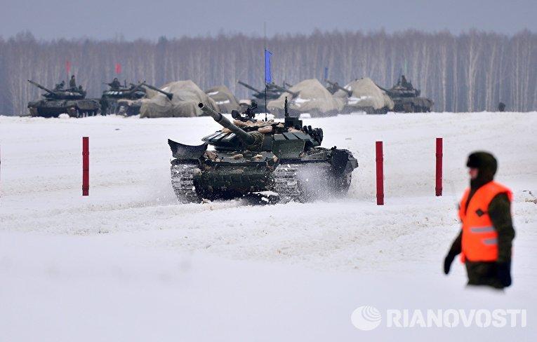 Танк Т-72 на дистанции соревнований отборочного этапа конкурса Танковый биатлон-2016