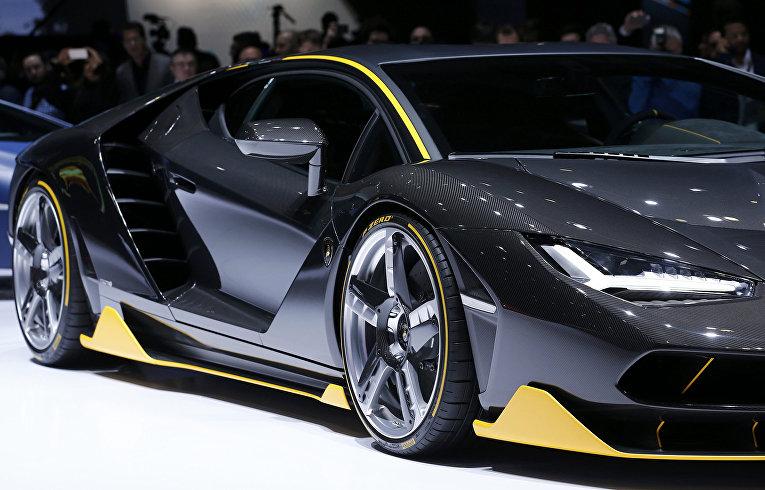 Автомобиль Lamborghini Centenario на 86-м международном автосалоне в Женеве. Март 2016