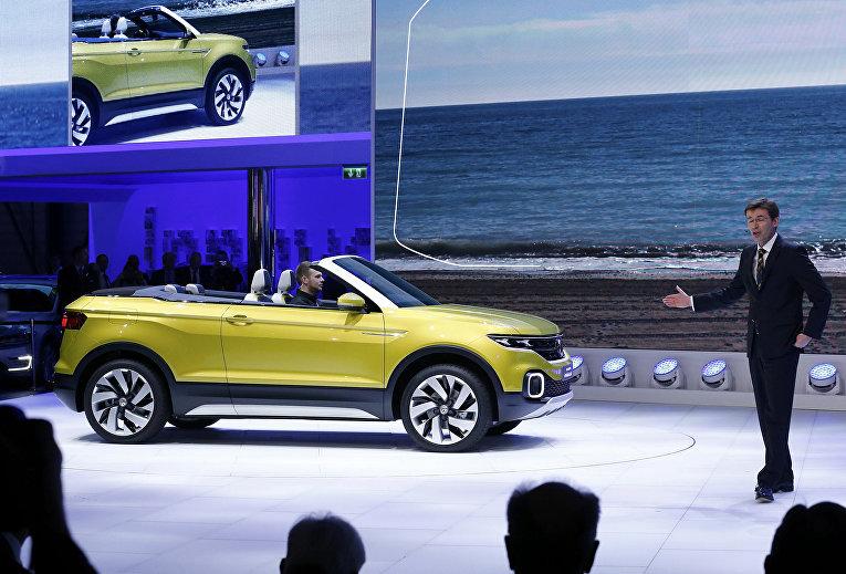 Член Правления Volkswagen Франк Уэлш представляет новый Volkswagen T-Cross Breeze на 86-м международном автосалоне в Женеве. Март 2016