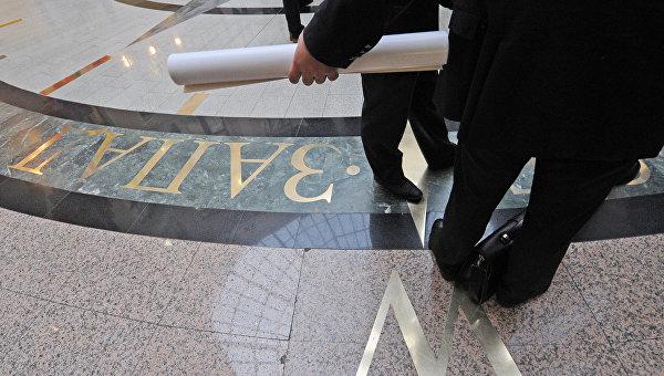 Посетители в Главном зале Информационного центра ЦИК России. Архивное фото