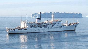 Океанографическое исследовательское судно (ОИС) ВМФ России Адмирал Владимирский во время экспедиции в Антарктиду