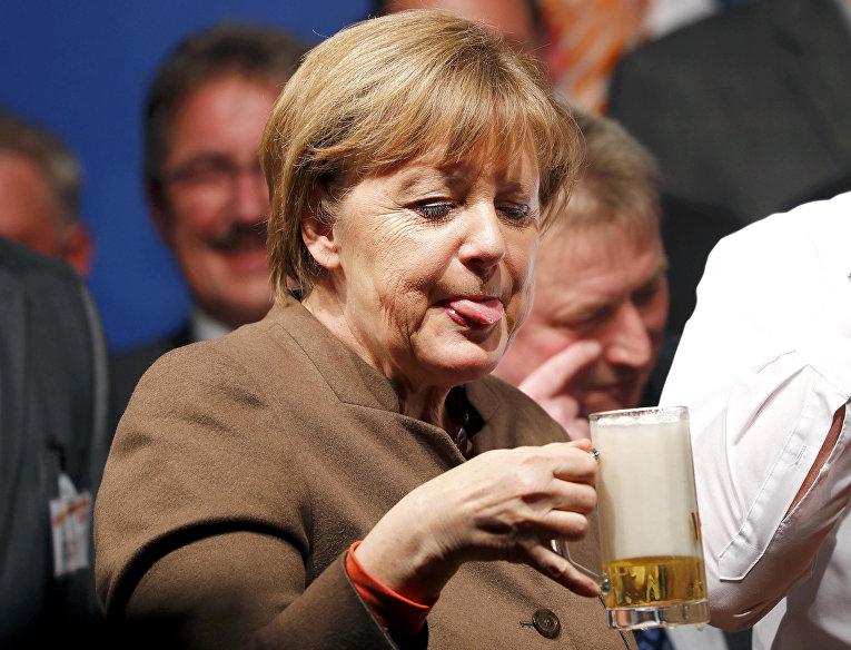 Канцлер Германии Ангела Меркель пьет пиво. Германия, 29 февраля 2016