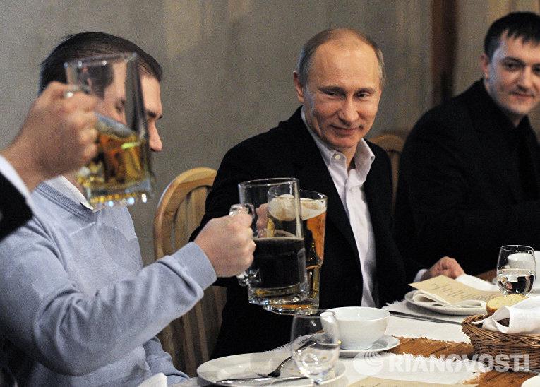Президент РФ В.Путин во время неформальной встречи с футбольными болельщиками