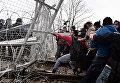 Беженцы на греко-македонской границе близ села Идомени, Греция. 29 февраля 2016
