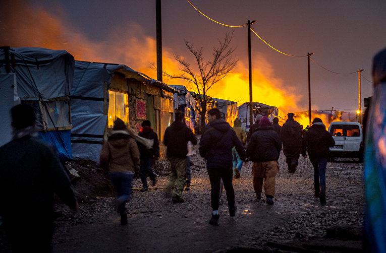 Снос лагеря мигрантов Джунгли во французском городе Кале. 1 марта 2016
