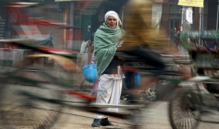 Мужчина на улице в одном из старых кварталов Дели, Индия