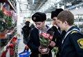 Посетители магазина Икея выбирают цветы в преддверии праздника 8 марта в Омске